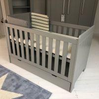 Babybett CARLA MDF grau, 2 Schlupfsprossen, umbaubar zum Juniorbett, 140x70cm