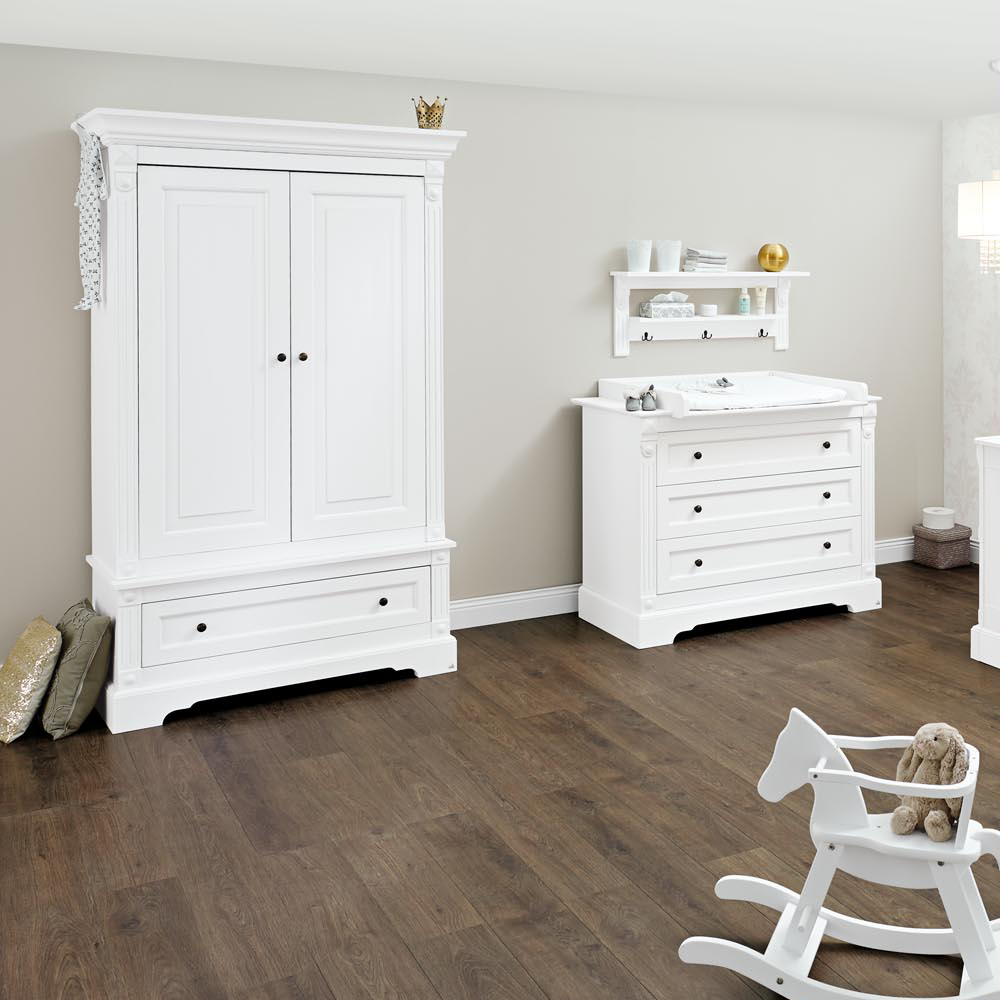 komplettzimmer emilia weiss 2 t riger kleiderschrank wickelkommode und babybett dannenfelser. Black Bedroom Furniture Sets. Home Design Ideas